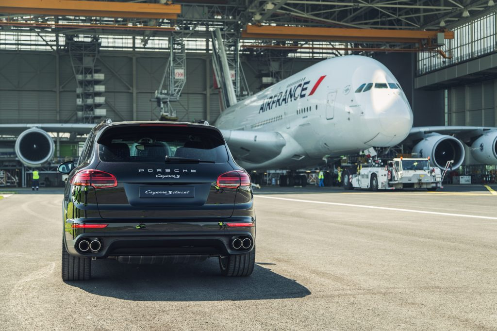 porsche cayenne tows an airbus a380 cars life. Black Bedroom Furniture Sets. Home Design Ideas
